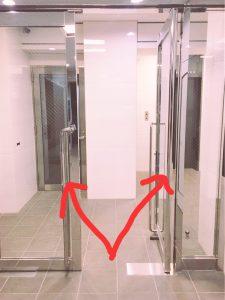 右側がエレベーター 左側が階段です